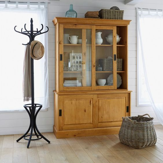 Percheros de pie 3 consejos para decorar tu hogar con estilo for Que es un perchero